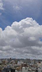 梅雨明けした沖縄地方=11日午前11時すぎ、那覇市久茂地から首里方向を望む