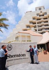 シェラトン沖縄サンマリーナリゾートの開業を祝うスターウッドホテル&リゾートのスティーブン・ホーアジア太平洋地区社長(右から2人目)ら=1日、恩納村冨着