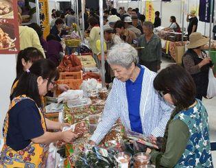 離島の特産品が並び、多くの来場者でにぎわう会場=14日午前、沖縄セルラーパーク那覇