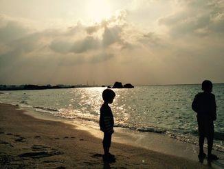 (資料写真)浜辺で遊ぶ子どもたち