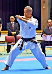 予選でキレのある動きを披露した島袋幸信さん=2日、那覇市の県立武道館
