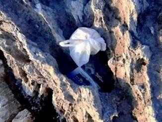 奥武島海岸の岩場にごみが落ちている様子=8月、南城市玉城、奥武島(那覇商業高校提供)