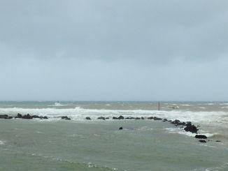 台風24号の影響で堤防が壊れた嘉手納町水釜=5日午前