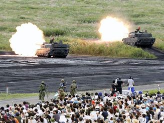 陸上自衛隊の「富士総合火力演習」で、射撃訓練する10式戦車=28日、静岡県の東富士演習場(共同)