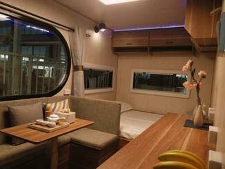 オーシャンズリゾートが手掛けるトレーラーハウスの内装(同社提供)