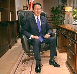 自民党総裁のいすに座る岸田新総裁=29日午後6時47分、東京・永田町の党本部