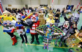 段ボールでコスチュームを作り、アニメなどのキャラクターに扮する初開催のイベントで写真に納まる「ダンボリアン」たち=16日午後、青森市