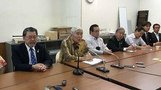 参院選で伊波洋一氏の擁立をあらためて確認したことを発表する新里米吉座長(左から2人目)ら=9日午前、那覇市