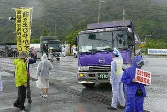 琉球セメント桟橋入り口から構内に入る大型車両=12日午前10時ごろ、名護市安和