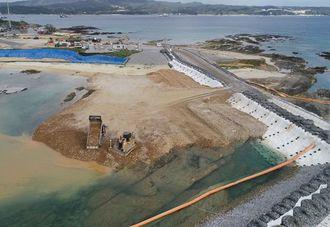 (資料写真)埋め立て区域への土砂投入が続く名護市辺野古の沿岸部=2018年12月20日(小型無人機で撮影)