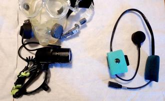 沖縄海洋工機開発が発売した水中音声無線機器。左が送信機、右が受信機