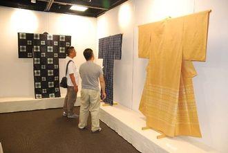 国画会工芸部沖縄支部展の展示に見入る来場者=8日午前、那覇市久茂地・タイムスギャラリー