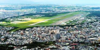 9万5千が暮らす宜野湾市のほぼ真ん中に位置する普天間飛行場(2016年7月撮影)