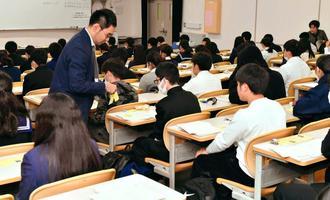 大学入試センター試験に臨む受験生=19日午前、西原町・琉球大学