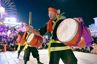 首里城再建支援チャリティーエイサーで演舞する北玉青年会=10日、北谷町美浜