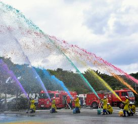 観客から歓声が上がった七色放水=国頭村辺土名・国頭地区行政事務組合消防本部