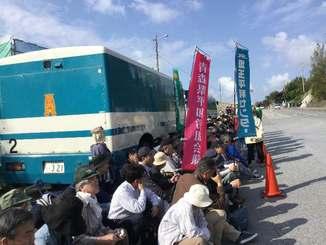 全国各地の平和団体や労働組合のメンバーら約200人が座り込んで新基地建設に抗議した=14日、名護市辺野古