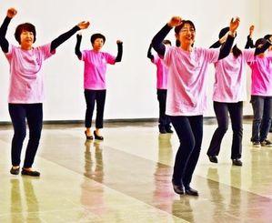 乳がん治療中や回復期の女性向けのダンスを練習する「ぴんく・ぱんさぁ」のメンバー=1日、那覇市・繁多川公民館