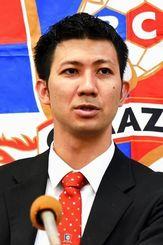 引退を発表する琉球コラソンの東長濱秀作=沖縄県庁