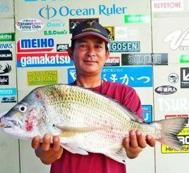 南原漁港で54・5センチのチンシラーを釣った前徳弘樹さん=6月29日