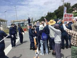 女性の逮捕に抗議する市民ら=6日、名護市辺野古・キャンプ・シュワブゲート前