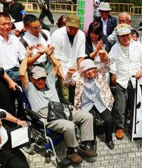 ハンセン病家族訴訟で熊本地裁が国に賠償を命じ、喜ぶ支援者ら=6月28日午後、熊本地裁前