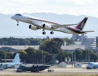 愛知県営名古屋空港を離陸する国産初のジェット旅客機MRJ=11日午前9時35分