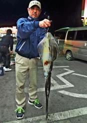 宮城島海岸でシルイチャーを数釣りした名護篤史さん=3日
