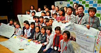 「こども新聞サミット」全体会での発表を終えたこども記者たち=28日、東京都・日本科学未来館