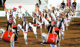 21日は北谷公園陸上競技場で第51回沖縄青年ふるさとエイサー祭りが開催されます(写真は2014年)