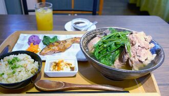 肉骨汁にジューシーと焼き魚、デザートが付いた「めしなる御膳」は1500円