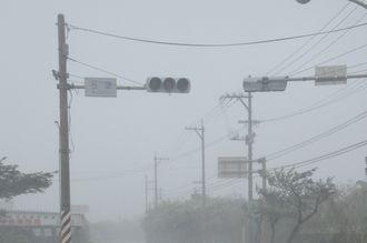 台風18号の強風で停電となった信号機(13日)=資料写真