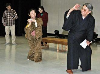 大宜見小太郎作「丘の一本松」公演に向けて稽古する八木政男(右)ら=宜野湾市
