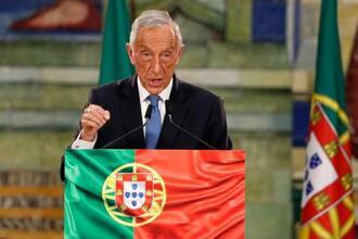 25日、選挙結果を受け首都リスボンで演説するポルトガルのレベロデソウザ大統領(AP=共同)