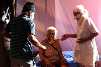 7日、インド北部ウッタルプラデシュ州で酸素を吸入する患者(ゲッティ=共同)