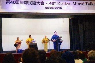 46人がエントリーし日ごろの練習の成果を披露した琉球民謡大会=サンパウロ市