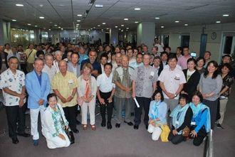 シンガポール訪問を終えた翁長雄志知事や経済ミッション団のメンバーら=26日未明、台湾・桃園国際空港