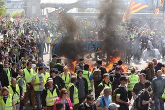 20日、パリで行われた黄色いベスト運動のデモ(共同)