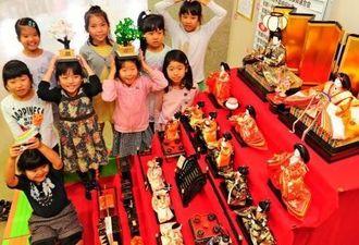ひな人形を前に笑顔を見せる子どもたち=2日、那覇市・金城児童館