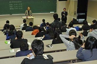 県内私立大学のトップを切って沖縄国際大学の一般入試に臨む受験生たち=3日午前9時44分、宜野湾市