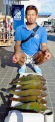 慶良間磯奥武島6番で77・5センチ、4・86キロのアオチビキを釣った亀山朝次さん=17日