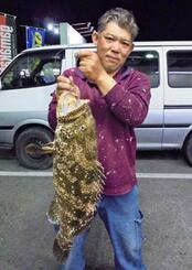 泡瀬海岸で69・3センチ、5・72キロのミーバイを釣った石川武光さん=21日