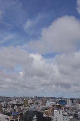梅雨明けした沖縄地方。雲の切れ間に青空が広がる=26日午後2時20分、那覇市久茂地から首里方面を望む