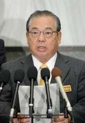 1月20日会見で、教育委員会への介入を完全否定し、県民へ不安をかけたと謝罪する安慶田光男副知事=県庁