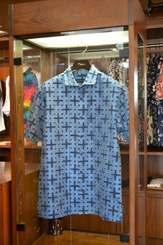 麻布と特殊な和紙が混合して作った120万円のアロハシャツ=4日、那覇市・PAIKAJI国際通り店