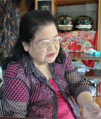 叔母の写真が心残りと話す田畑さん=6日、那覇市首里の汀良町自治ふれあい館