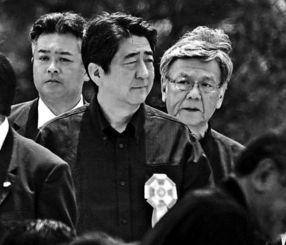 沖縄全戦没者追悼式の会場に入る安倍晋三首相と翁長雄志知事=6月23日午前、糸満市・平和祈念公園