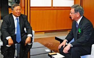 翁長雄志知事(右)に沖縄高専の取り組みを紹介する伊東繁校長=20日、県庁