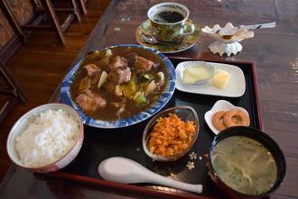 お薦めの「ソーキ中華炒め」(650円)はソーキと野菜がたっぷり