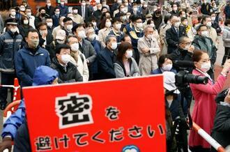 衆院北海道2区補選が告示され、候補者らの街頭演説を聞く有権者=13日午前、札幌市